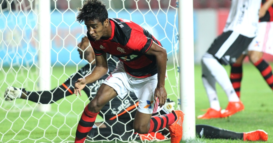 Gabriel festeja gol do Flamengo contra a Ponte Preta