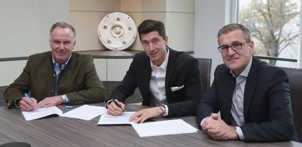 Lewandowski assina seu novo contrato com o Bayern de Munique