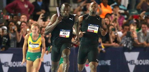 Bolt durante evento em Melbourne competindo contra uma garota