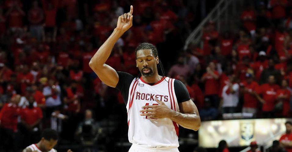 Nenê, do Houston Rockets, em lance contra o Ohlahoma City Thunder
