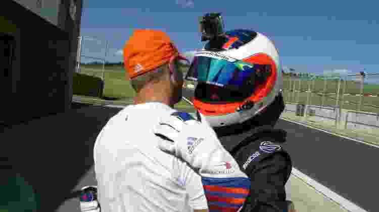 Dudu Barrichello pilota carro de fórmula pela primeira vez e é cumprimentado pelo pai - Fernando Santos/Divulgação FVee - Fernando Santos/Divulgação FVee