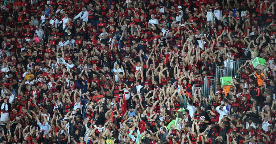 Torcida do Flamengo faz a festa na Ilha do Urubu, o