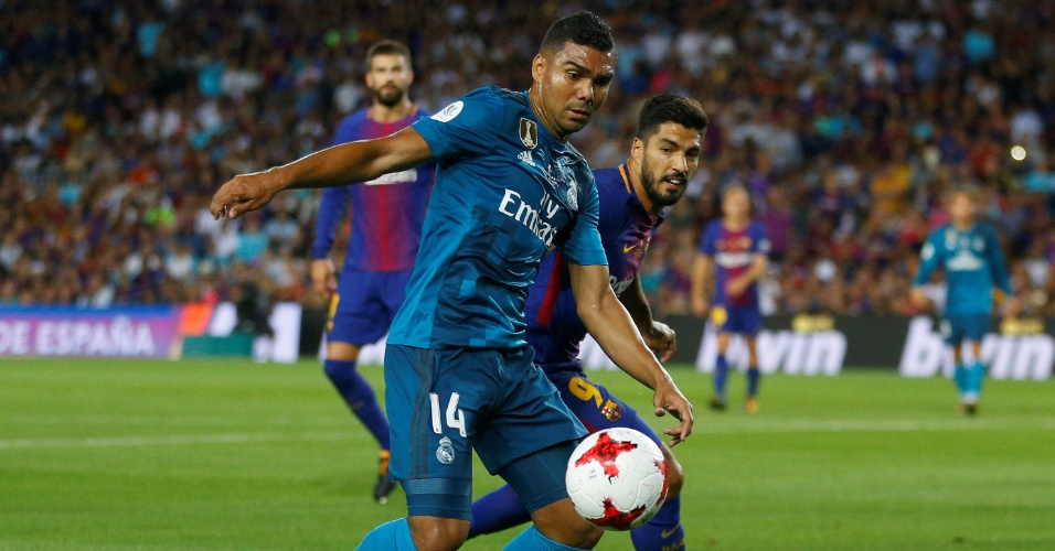 Casemiro e Suárez disputam a bola em clássico entre Barcelona e Real Madrid