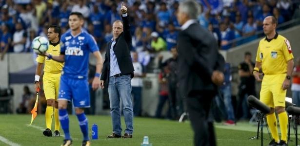 Mano Menezes orienta o Cruzeiro no jogo contra o Flamengo