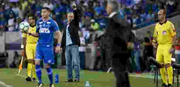 Mano Menezes orienta o Cruzeiro no jogo contra o Flamengo - Rafael Ribeiro/Light Press/Cruzeiro