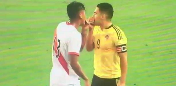 Falcao Garcia conversa com jogadores peruanos após confirmação da derrota do Chile