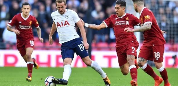 Harry Kane, do Tottenham, domina a bola, sendo observado por Coutinho e Firmino - AFP