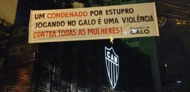 Faixas foram colocadas nesta madrugada de terça-feira em frente à sede do Atlético-MG
