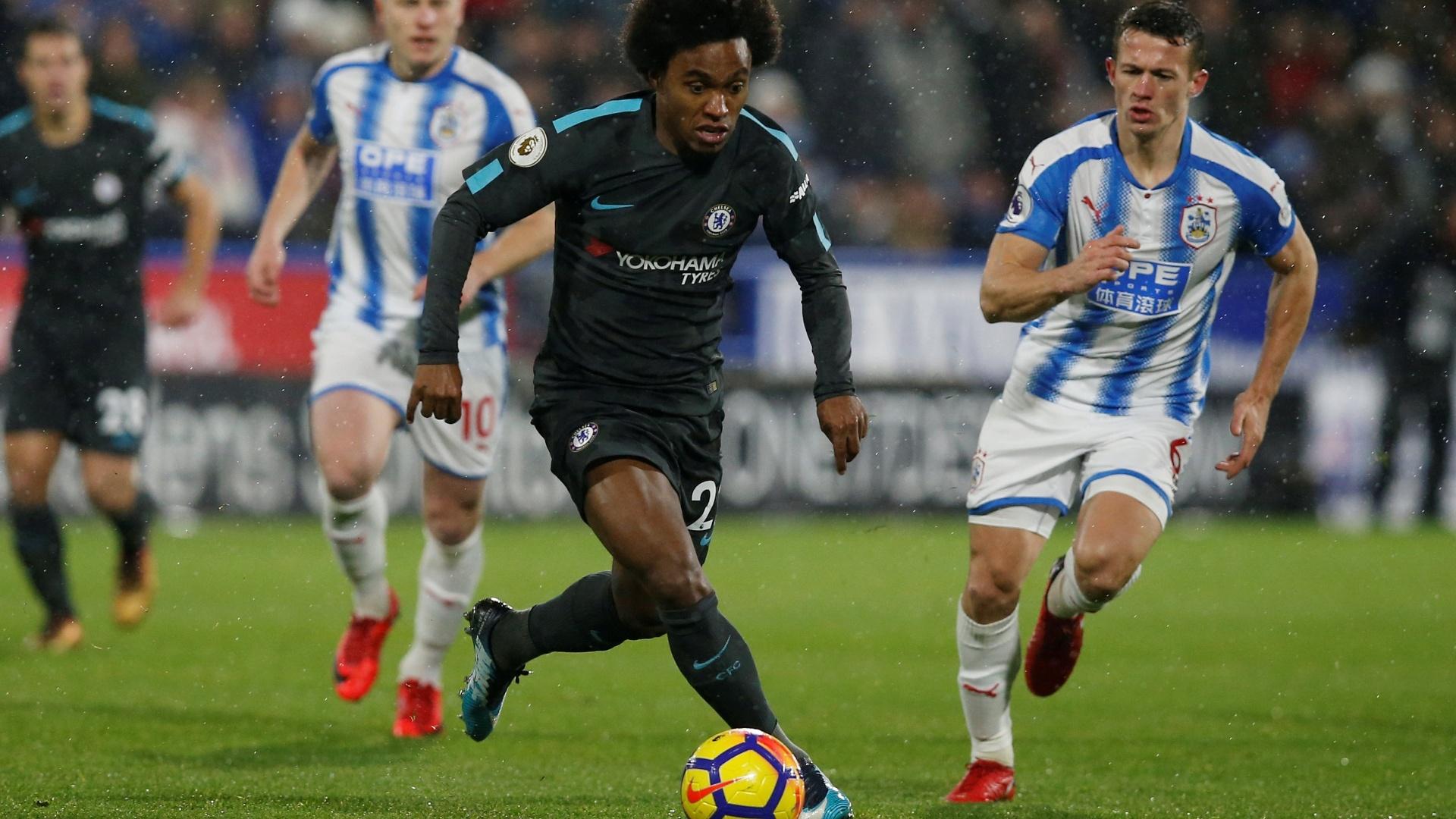 O brasileiro Willian em ação na partida entre Chelsea e Huddersfield, pelo Inglês