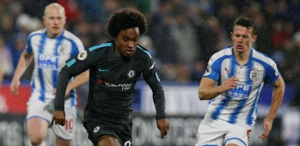 Willian em ação na partida do Chelsea contra o Huddersfield