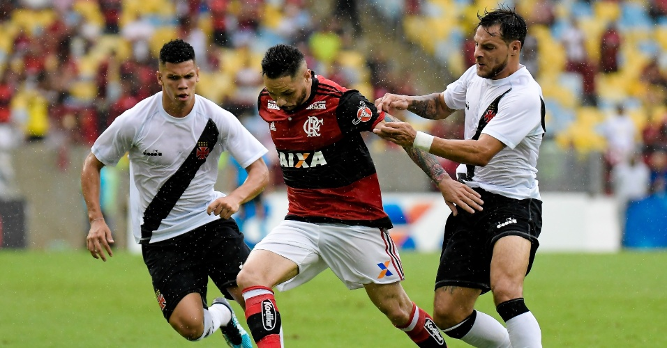 Pará disputa bola com Paulinho e Desábato em Flamengo x Vasco