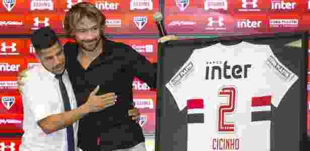 Com Lugano, Cicinho teve chance de anunciar adeus e receber homenagem do SP - Newton Menezes/Futura Press/Estadão Conteúdo
