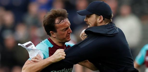 Mark Noble, jogador do West Ham, confronta com torcedor em Londres