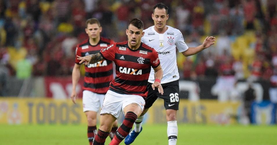 Felipe Vizeu disputa bola com Rodriguinho em Flamengo x Corinthians pelo Campeonato Brasileiro