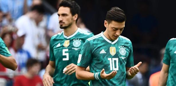 Özil reza antes de jogo da Copa da Rússia; camisa 10 é exemplo para geração