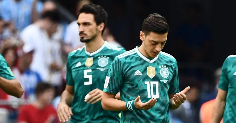 Ozil reza antes de jogo da Alemanha na Copa da Rússia
