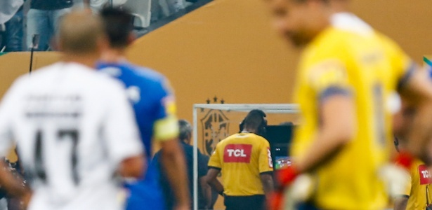 O árbitro Wagner do Nascimento Magalhães consulta o VAR na final da Copa do Brasil