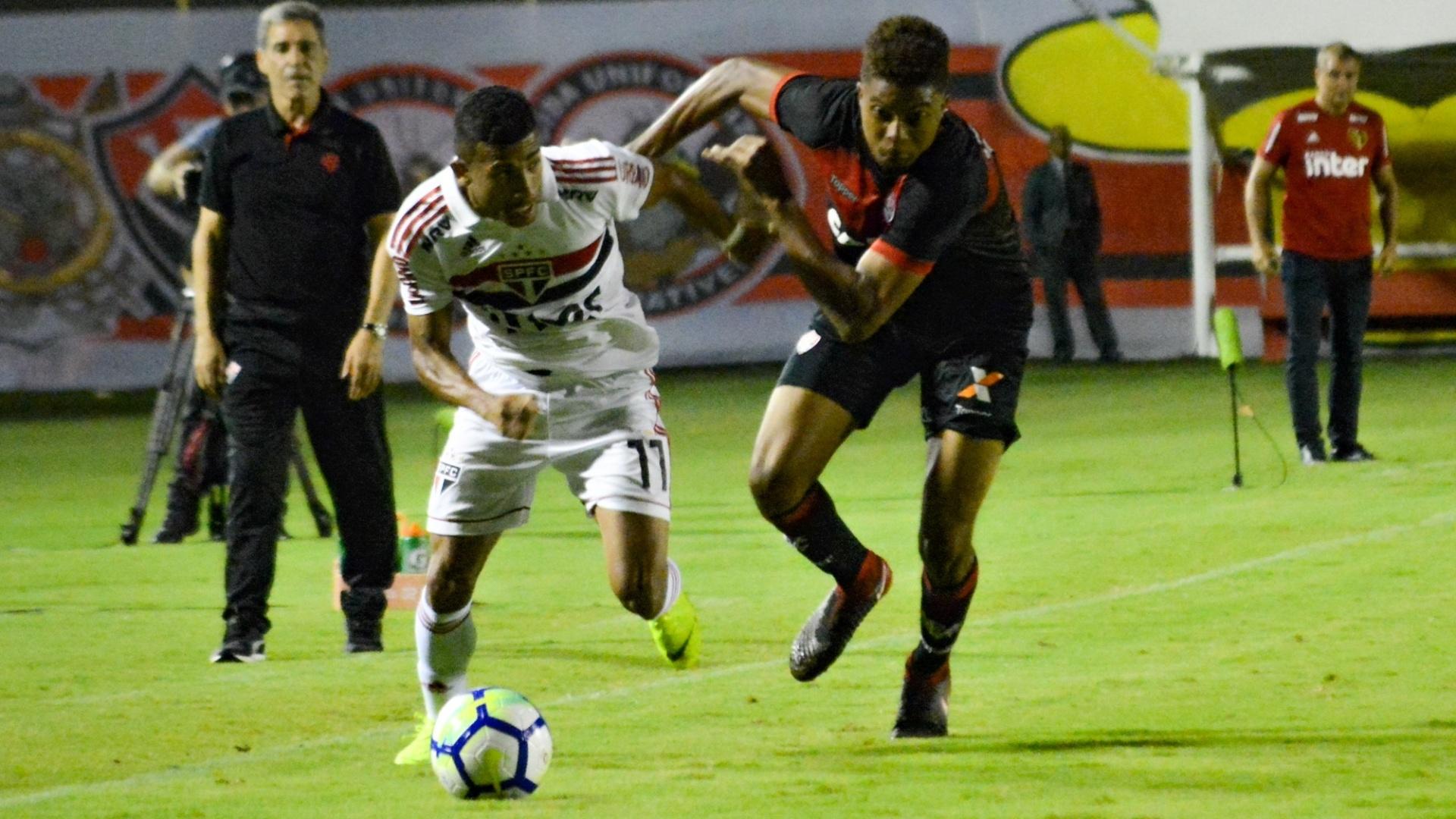 Rojas disputa bola com Lucas Ribeiro durante jogo entre São Paulo e Vitória