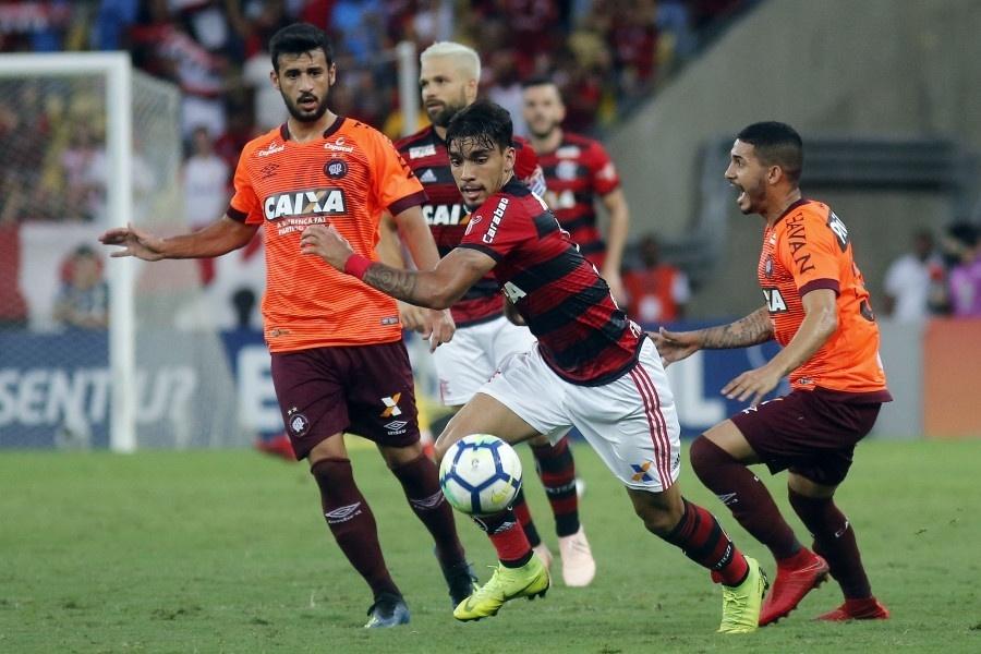 Lucas Paquetá encara a marcação na partida Flamengo x Atlético-PR pelo Campeonato Brasileiro 2018
