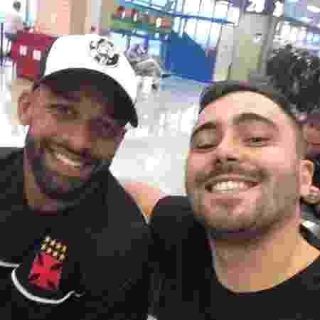 Fellipe Bastos e Juninho em encontro inesperado em aeroporto: viajaram no mesmo voo e lado a lado - Arquivo Pessoal