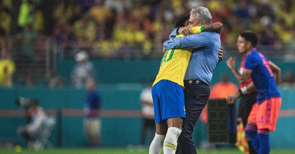 Neymar e Tite se abraçam durante jogo entre Brasil e Colômbia