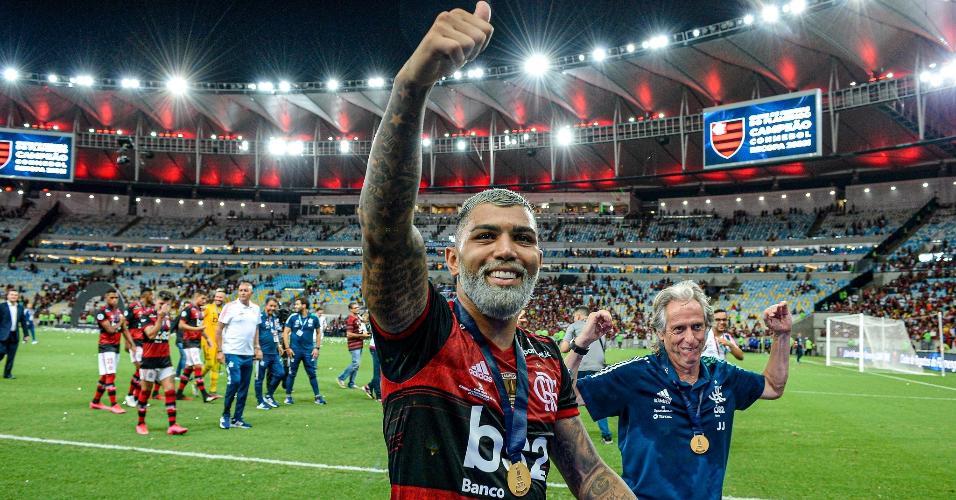 Gabriel comemora com o torcedor do Flamengo e é imitado por Jorge Jesus