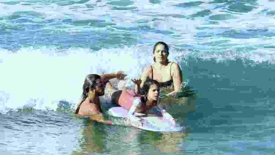 Surfista Caio Vaz e atriz Isabella Santoni ensinam Nina Santoni a surfar - Rodrigo Adao / AgNews