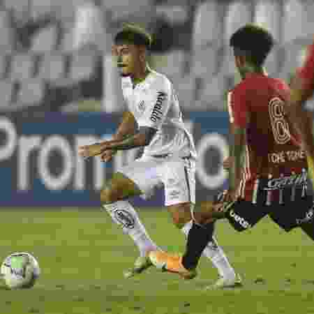 Lucas Lourenço carrega a bola no clássico entre Santos e São Paulo ontem (12) na Vila Belmiro - Ivan Storti/Santos FC