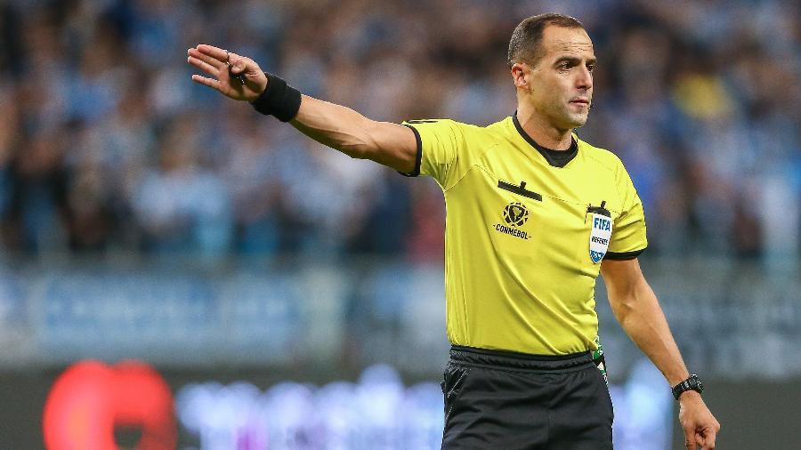O árbitro uruguaio Esteban Ostojich apitou a final da Copa América entre Brasil x Argentina  - Getty Images