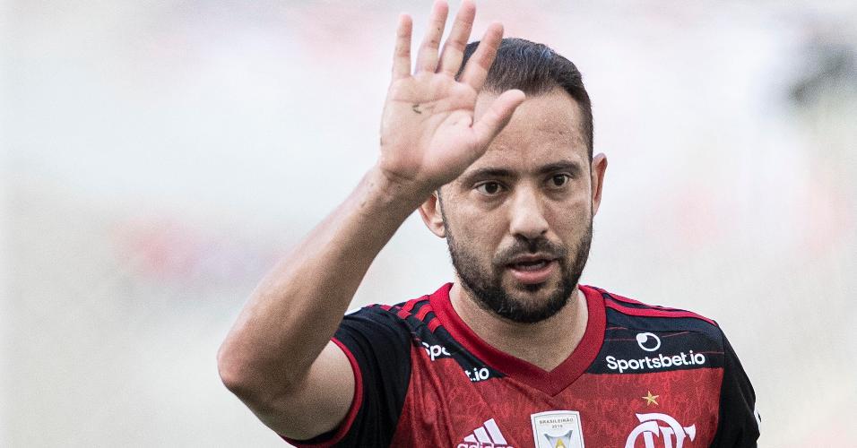 Everton Ribeiro foi substituído para a entrada de Gabriel Barbosa