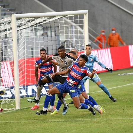 Éderson, do Fortaleza, disputa a bola com o atacante Cleber, do Ceará, em partida da Copa do Nordeste - Kely Pereira/AGIF