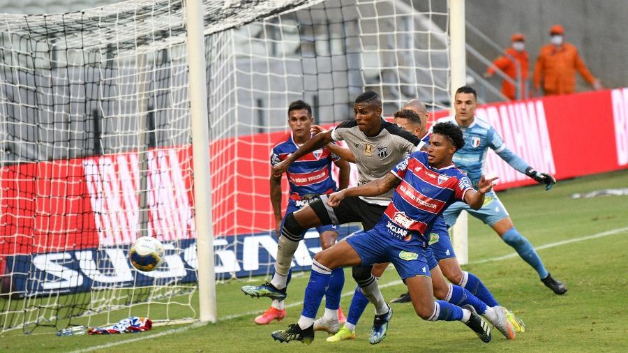 Éderson, do Fortaleza, disputa a bola com Cleber, do Ceará, em partida da Copa do Nordeste semana passada - Kely Pereira/AGIF
