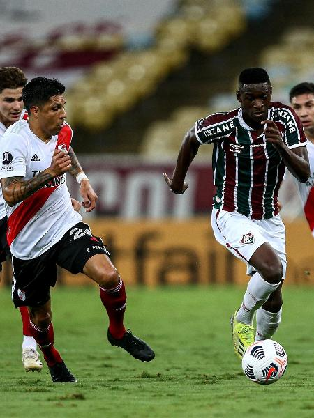 Luiz Henrique, do Fluminense, tenta escapar da marcação do River Plate (ARG) na estreia na Libertadores - Lucas Merçon / Fluminense F.C.