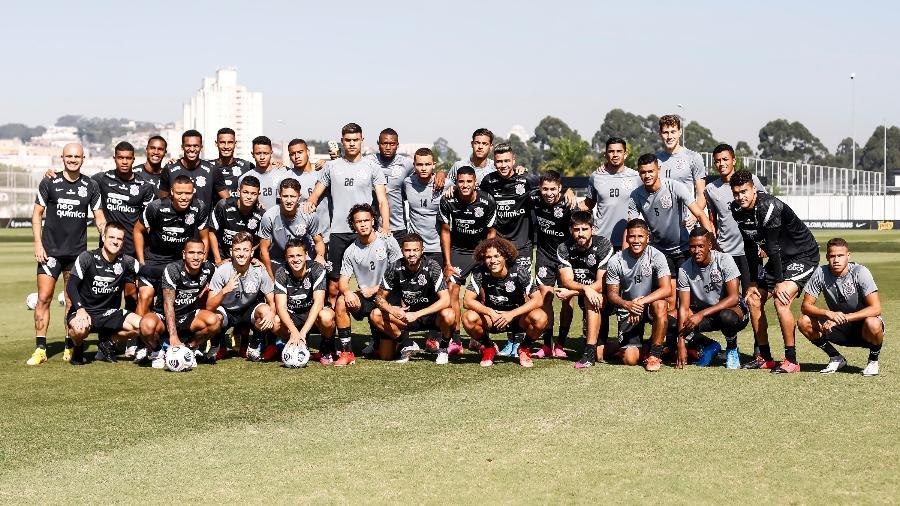 Jogadores da equipe principal e do time sub-20 do Corinthians em jogo-treino no CT Joaquim Grava  - Rodrigo Coca/ Ag. Corinthians