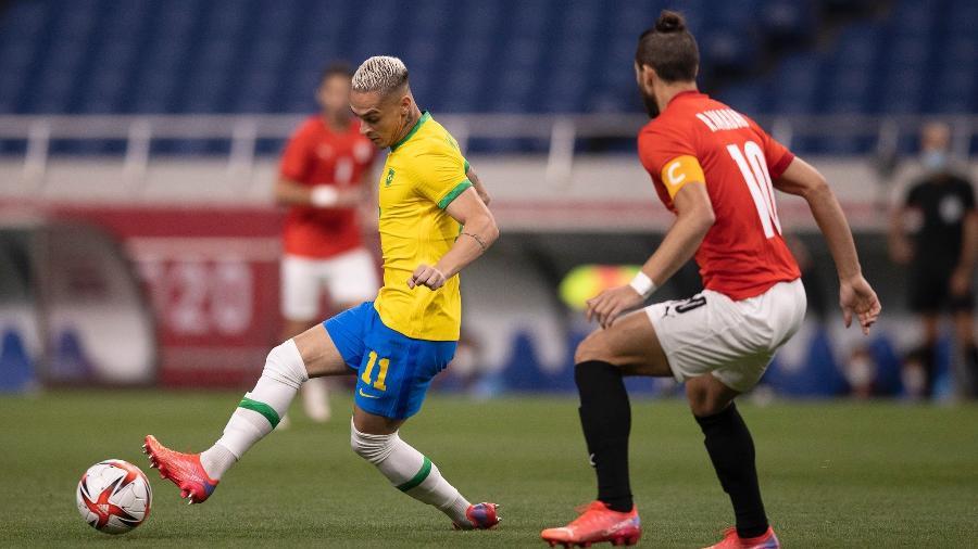 Antony tenta jogada diante de Sobhi pela seleção brasileira contra o Egito pelas Olimpíadas - Lucas Figueiredo/CBF