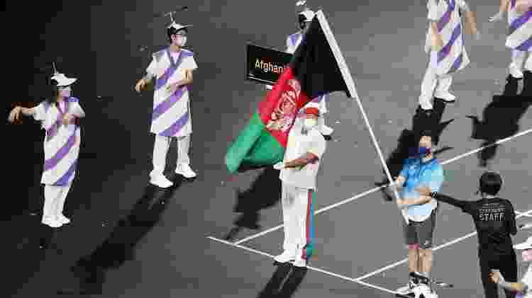 Bandeira do Afeganistão, país que não tem representantes nas Paralimpíadas, foi exibida no desfile - Marko Djurica/Reuters - Marko Djurica/Reuters