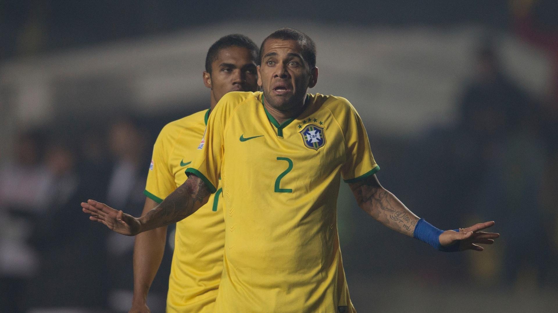 Daniel Alves reclama durante jogo do Brasil pelas quartas de final da Copa América