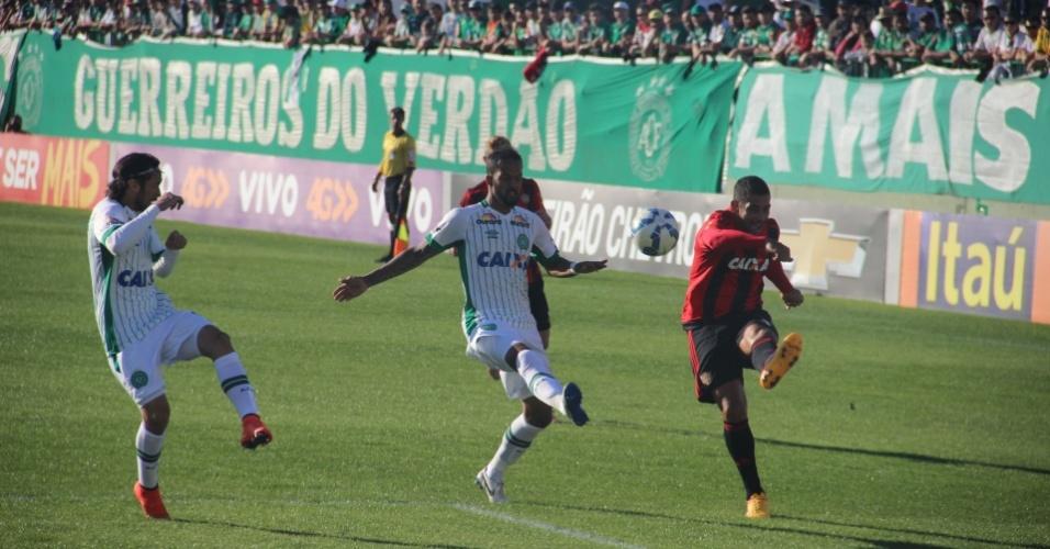 Renê (direita) tanta cruzamento diante da marcação de Apodi e Rafael Lima no jogo entre Sport e Chapecoense