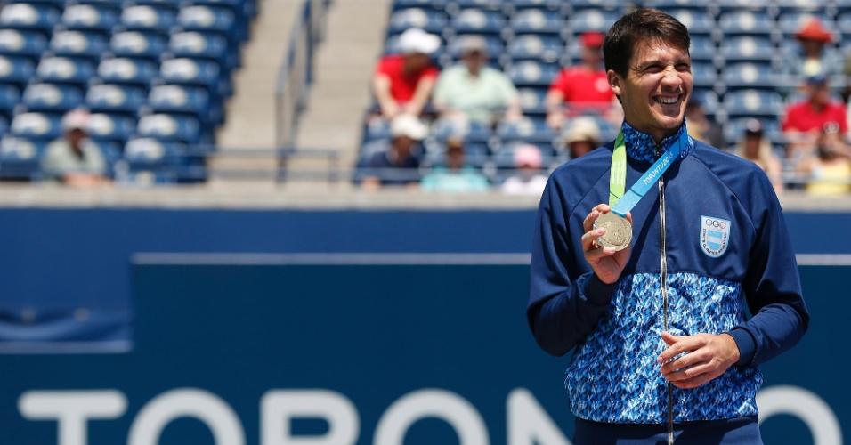 Facundo Bagnis recebe a medalha de ouro da chave de simples do tênis