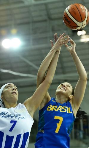 Patrícia, do Brasil, disputa a bola com Angelica Bermmudez, do Porto Rico, no Pan de Toronto