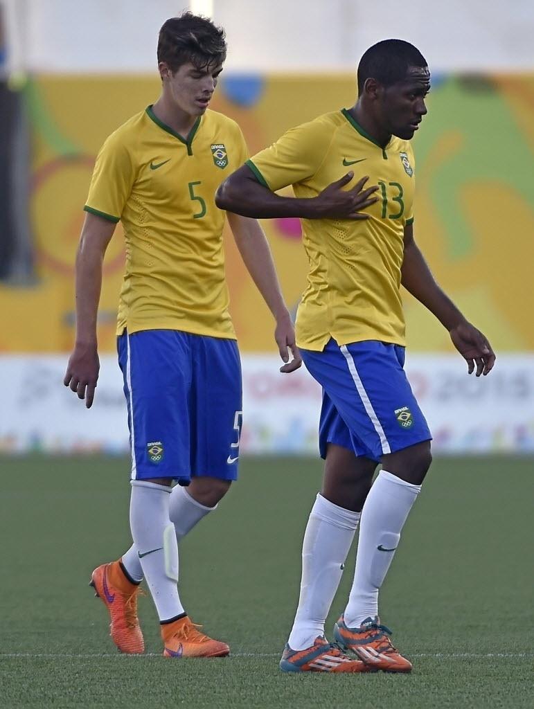 Brasileiros lamentam derrota de virada em um minuto para o Uruguai nas semifinais do futebol masculino