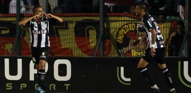 Clayton marca duas vezes para o Figueirense contra o Flamengo pelo Campeonato Brasileiro