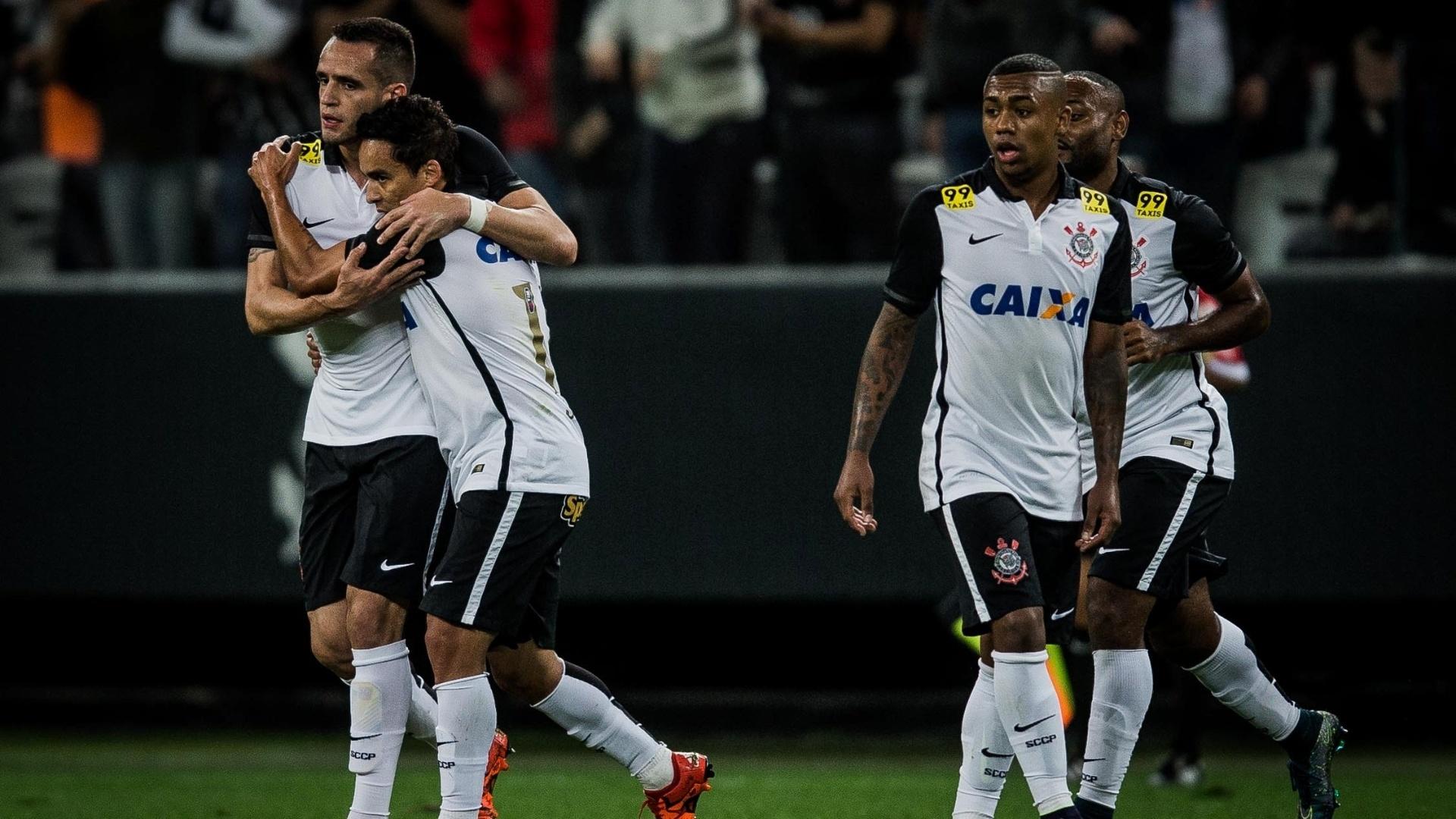 Destaques da campanha, Jadson e Renato Augusto se abraçam para comemorar 1º gol