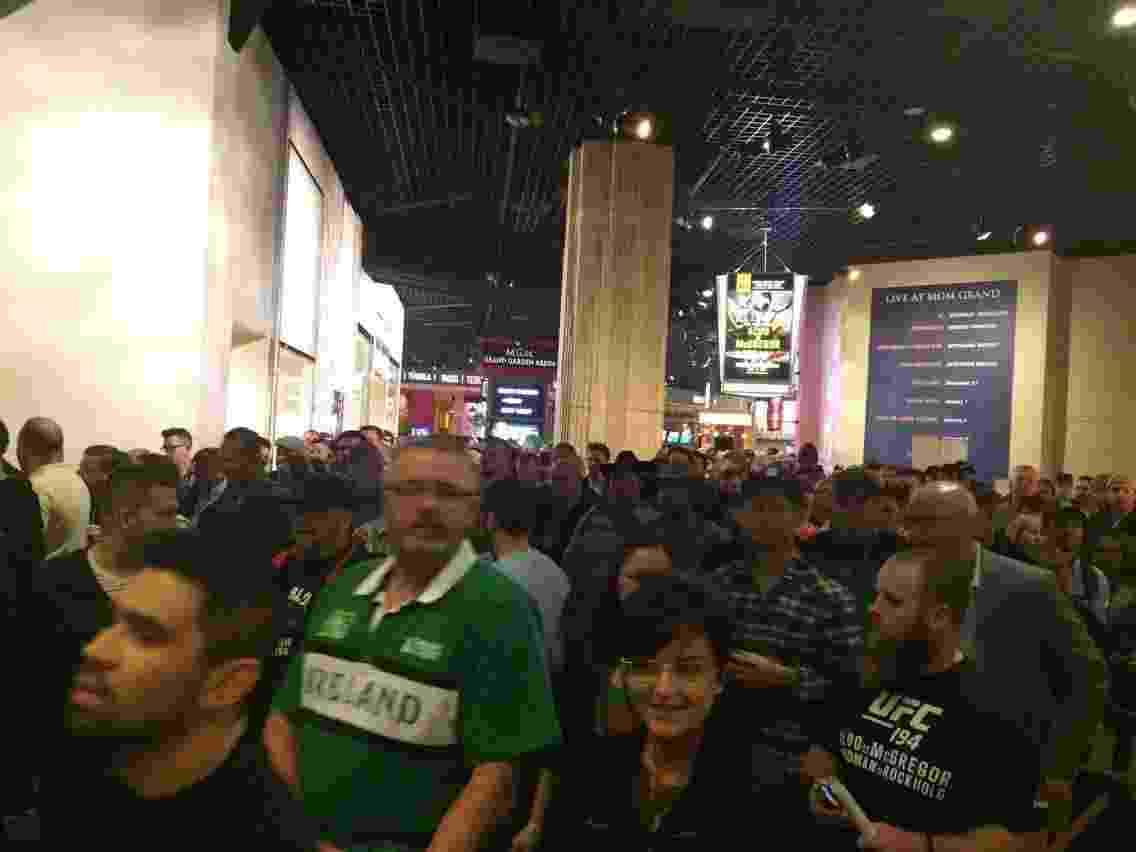 Irlandeses aguardam para entrar no MGM Grand Arena - Jorge Corrêa/UOL