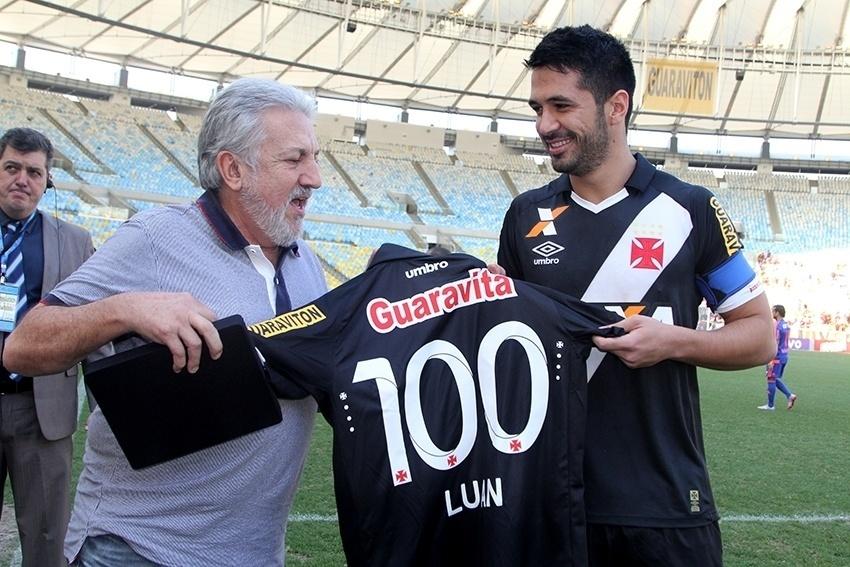 Luan recebe homenagem pelos 100 jogos em partida contra o Sport em 2015