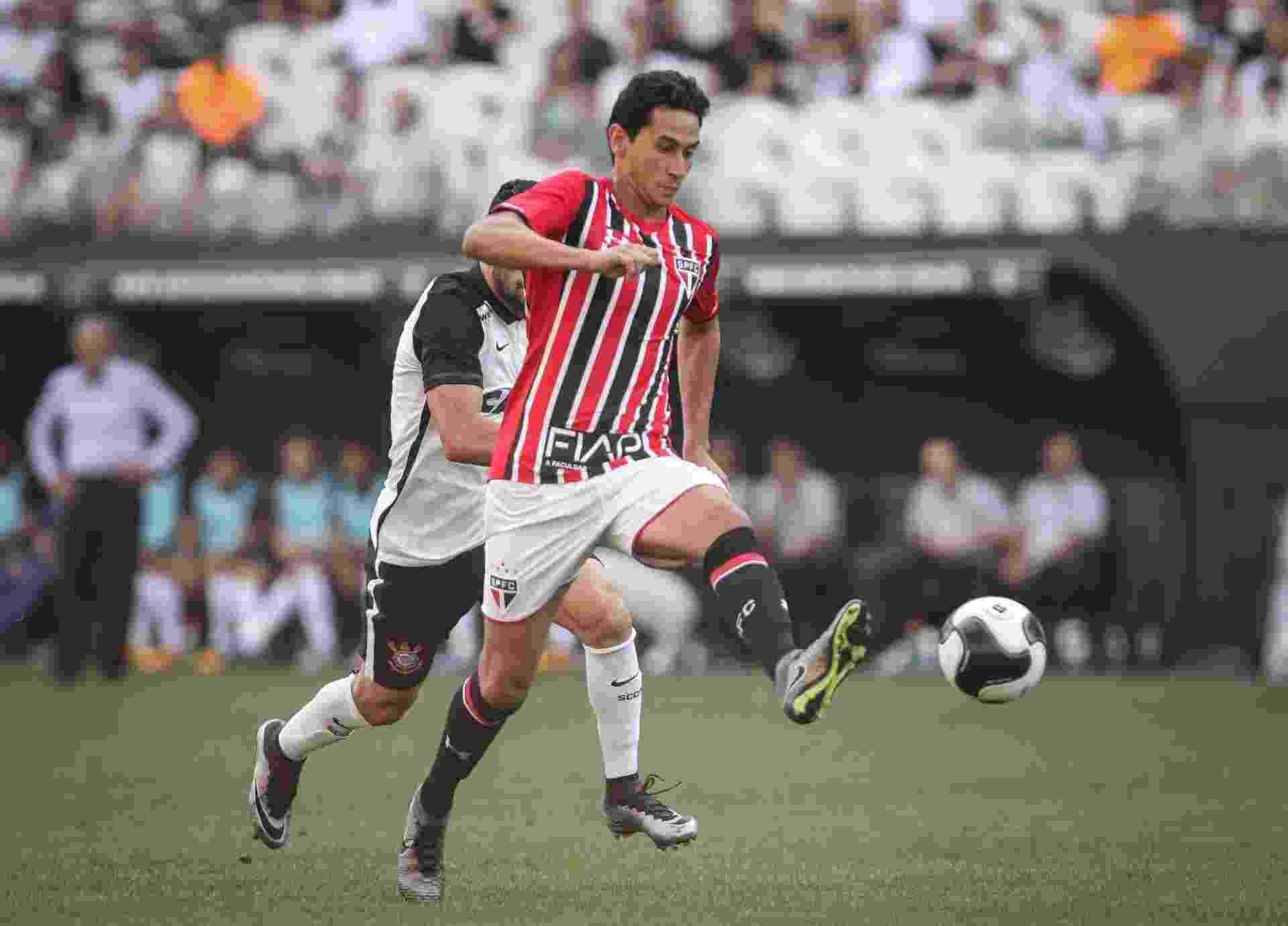 Paulo Henrique Ganso, do São Paulo, carrega a bola pressionado pela marcação corintiana - Ricardo Nogueira/Folhapress