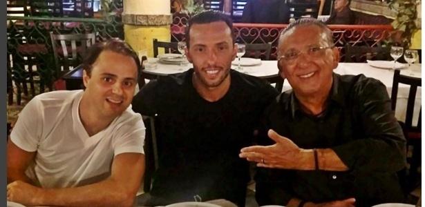 Piloto Felipe Massa (e), Nenê (c) e Galvão Bueno (d) em jantar descontraído