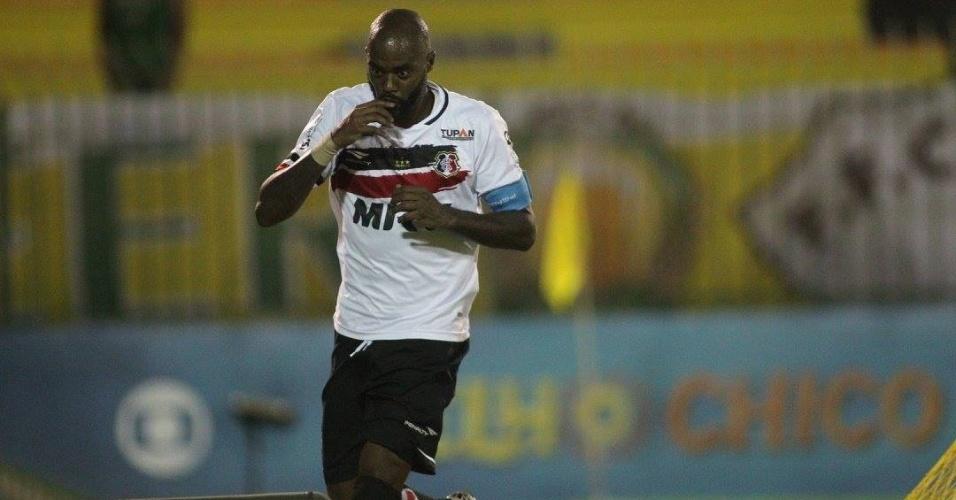 Grafite comemora o gol do Santa Cruz sobre o Fluminense