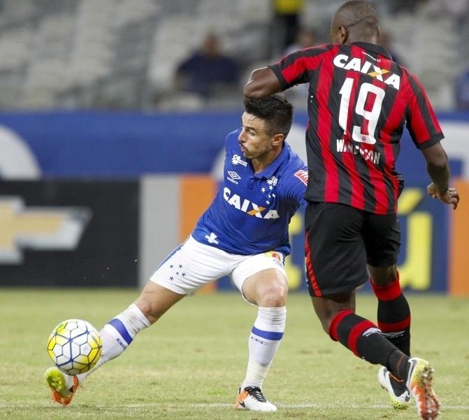 Willian encara marcação de Wanderson na partida Cruzeiro x Atlético-PR