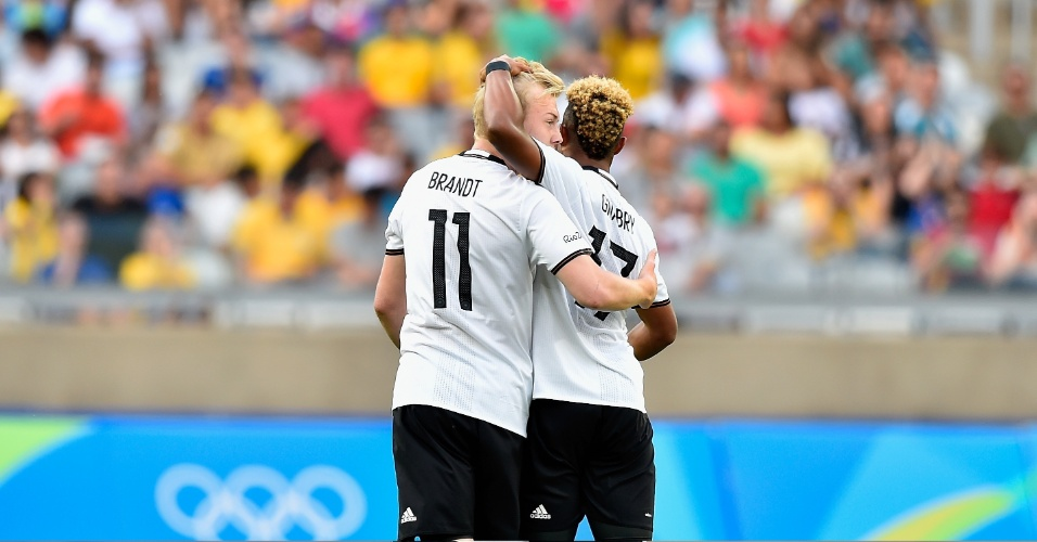 Serge Gnabry e Julian Brandt, da Alemanha, comemoram gol na partida contra o Fiji